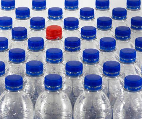 Bebiendo agua del grifo una persona puede consumir hasta 1,769 partículas de plástico